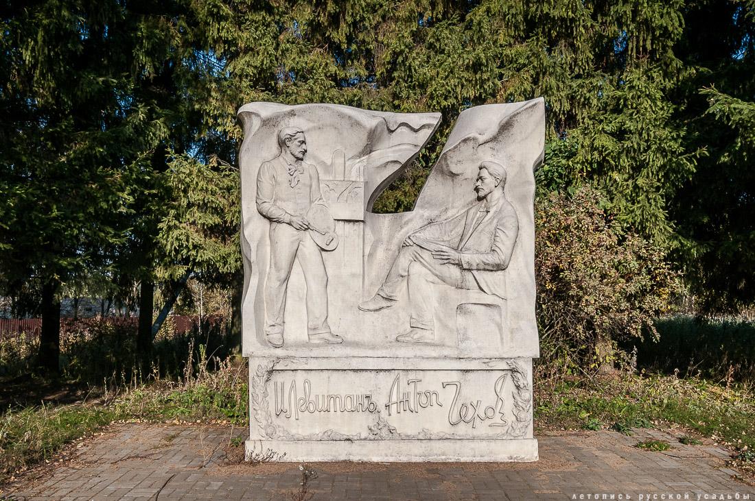 Новый памятник обозначает вход в северную часть изрядно поредевшего парка, тем не менее сохранившего общие черты планировочной структуры.